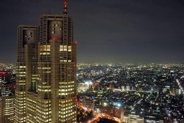 新宿の夜の街並み