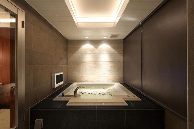 シックで高級感のある浴室