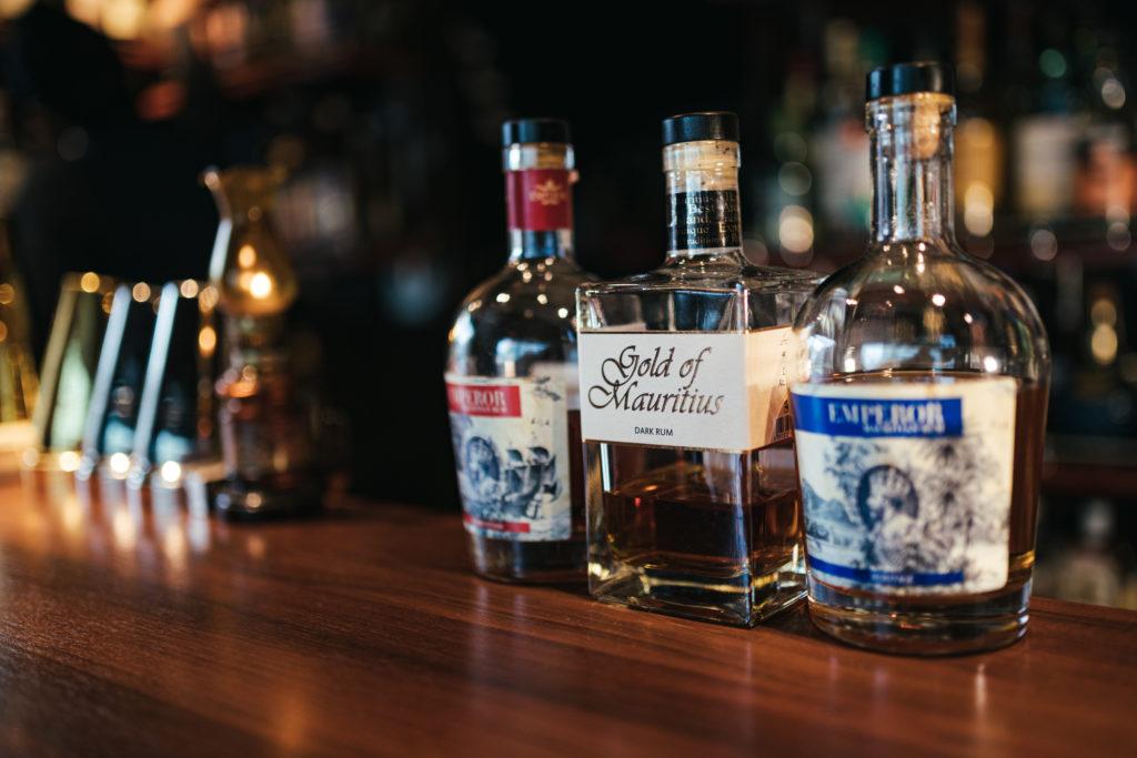 カウンターに並んでいるウイスキーのボトル