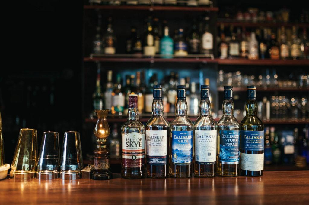 6本のウイスキーが机に並んでいる