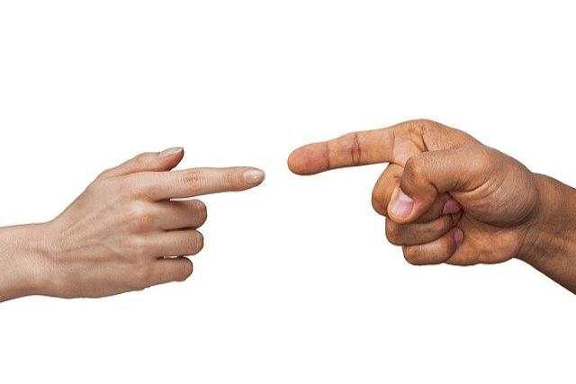 指を刺し合う男性と女性の手