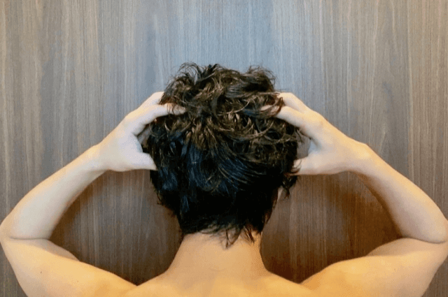 頭皮をヘッドマッサージする男性