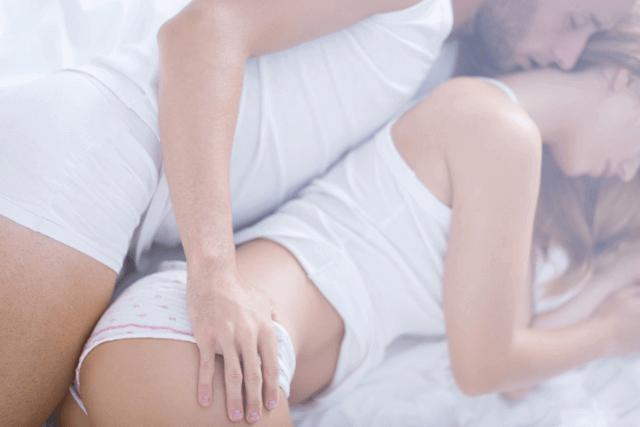 寝転び後ろから女性のおしりを触る男性
