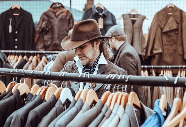 男性が洋服を選んでいる