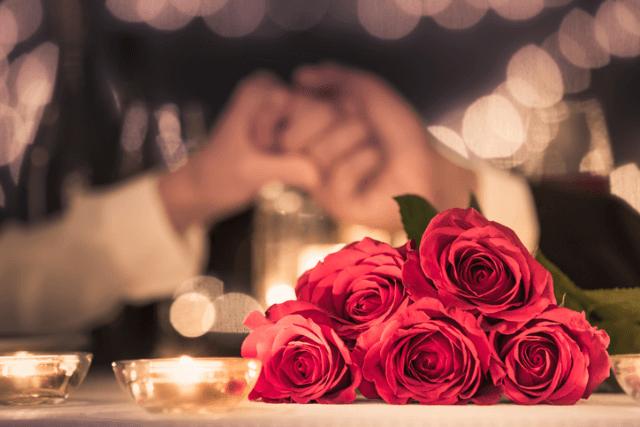 テーブルの上に置かれた薔薇の花束