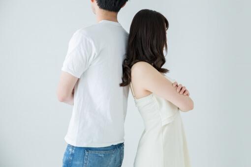 背中わせで立っている男性と女性