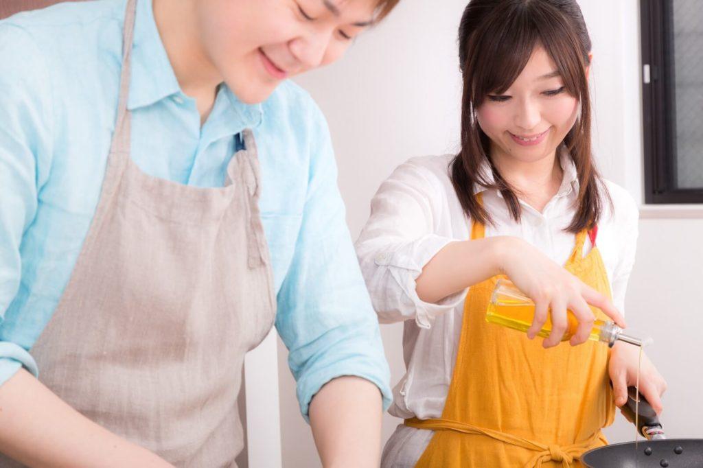 楽しそうに料理をしている男女