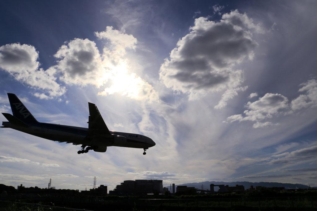 高速道路と着陸態勢の飛行機