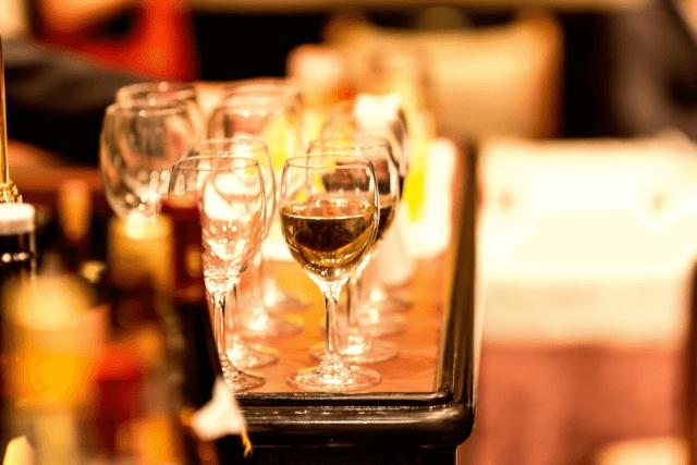 白ワインが注がれているワイングラス
