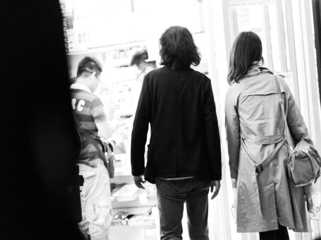親しげに歩いている男女