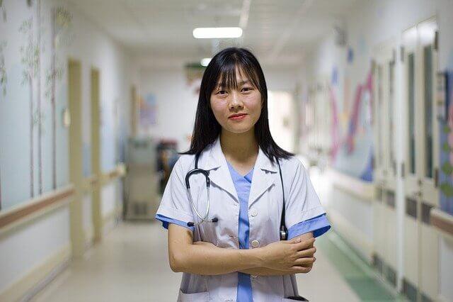 白衣姿の女医