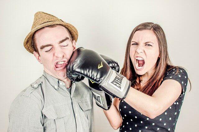 男性をボクシングパンチしている女性