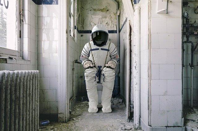 トイレをしている宇宙飛行士