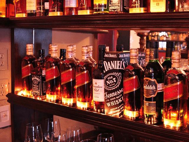 お酒のボトルが並んでいる