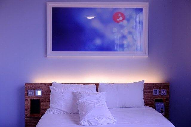 風景画が飾られたホテルのベッド