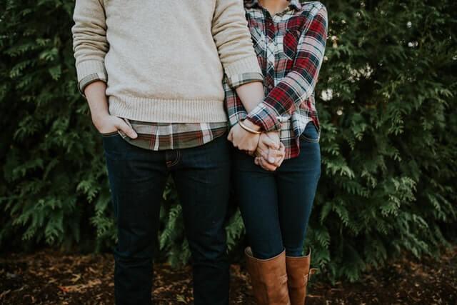 手を繋いで寄り添う男性と女性