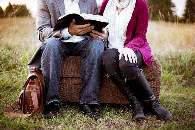 本を一緒に読む女性と男性