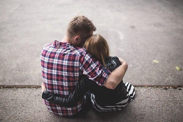 肩を寄せ合う女性と男性