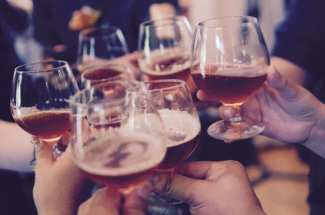 7人でワインを乾杯している