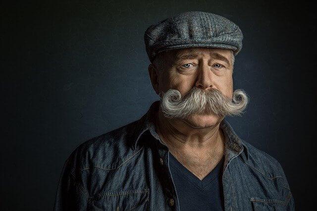 ベレー帽をかぶった髭の生えているおじいさん