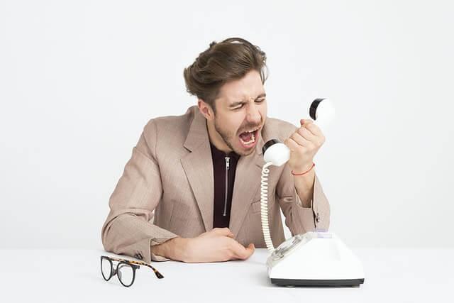 電話で怒っている男性