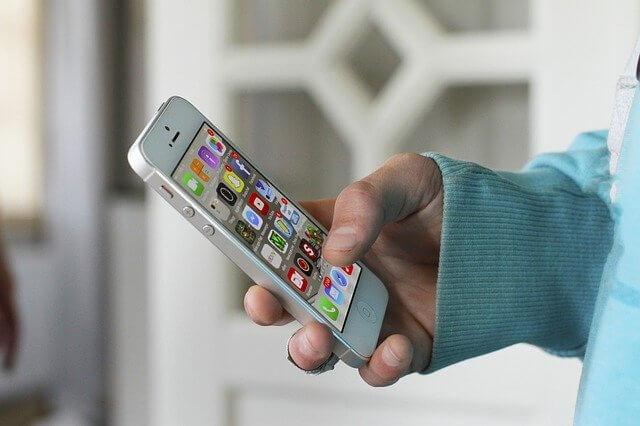 iPhone4Sを操作している手