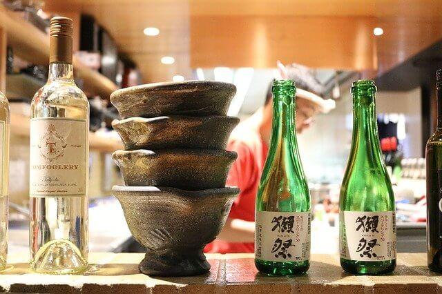 横に並べられた深いお椀と焼酎のボトル