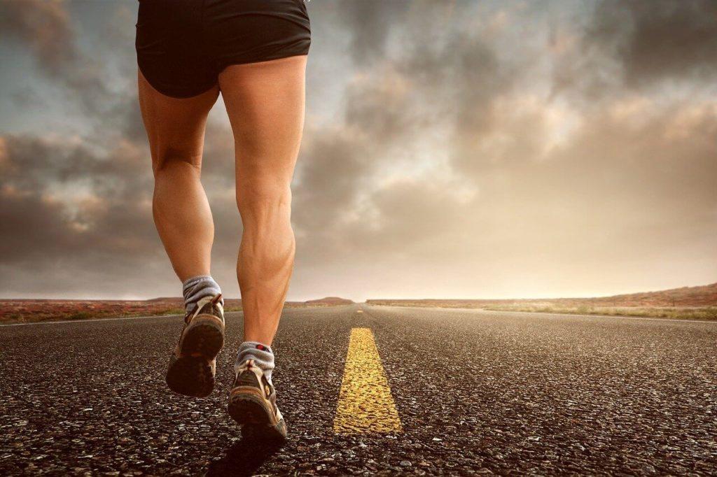 道路を走っている男性