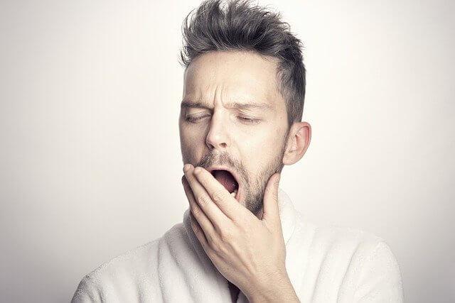 あくびする男性