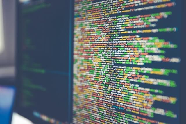 パソコンの画面に映るプログラミング言語