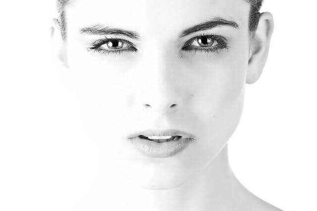 神妙な顔つきで正面を向いている女性の顔