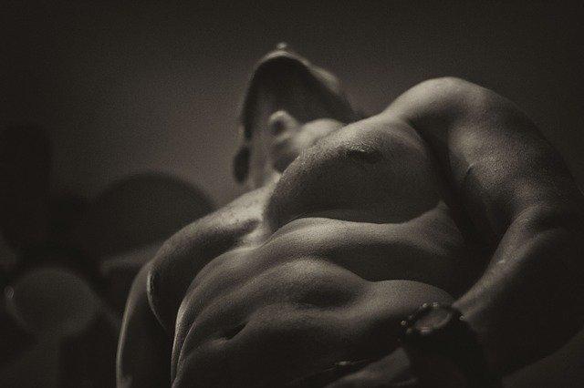 筋肉がついた上半身裸の男性