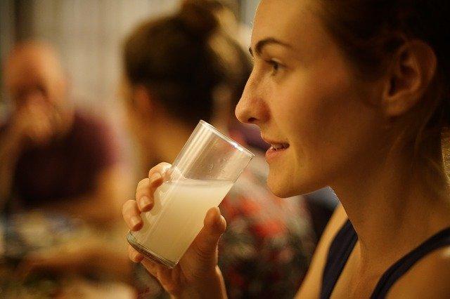 笑顔でお酒を飲んでいる女性