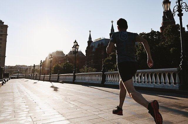 走っている男性
