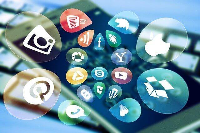 iPhoneと浮き出ているソーシャルメディアのアイコン