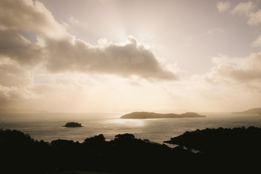霞掛かっている空と離島
