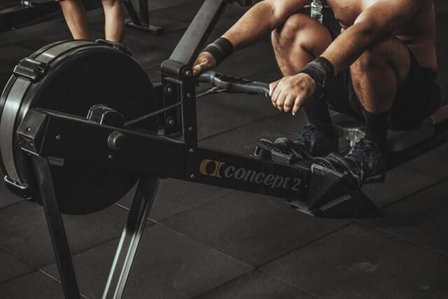 筋肉トレーニングをする男性