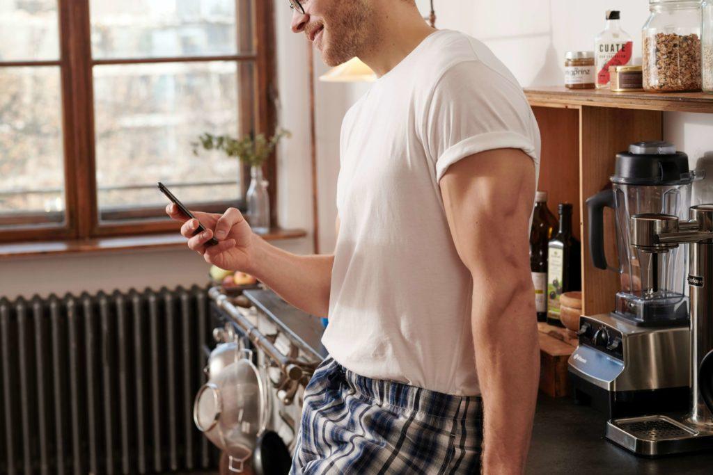 キッチンに腰かけている寝巻の男性