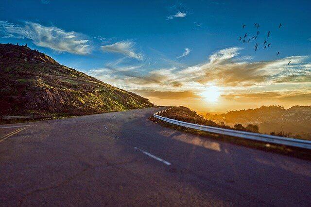 夕陽に照らされた山麓の道路