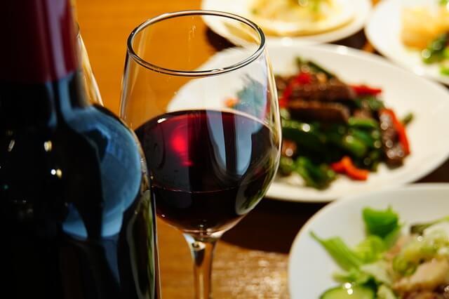 赤ワインとお肉料理