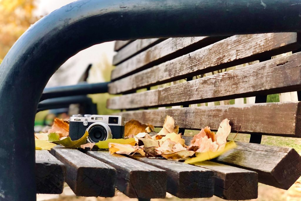 ベンチに置いているカメラ