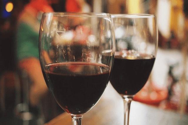 2つ並んだワイングラス