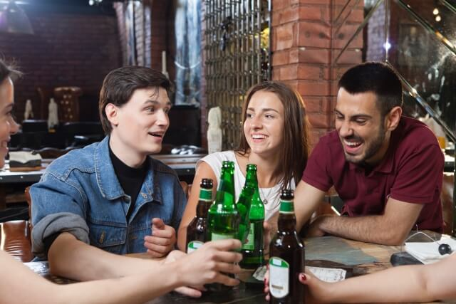 バーでギャラ飲みをする男女