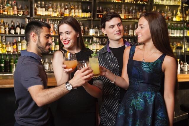 ギャラ飲みで乾杯している外国人の男女