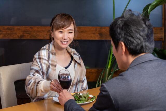 レストランで乾杯している男女