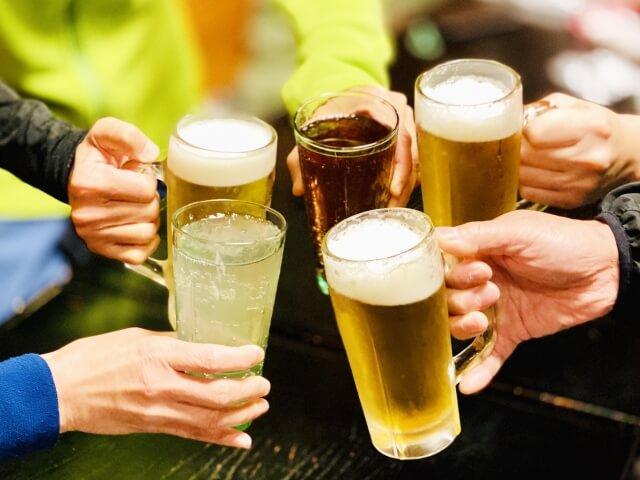 ギャラ飲みで乾杯している人たちの手元