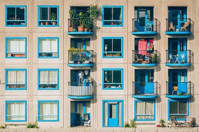 窓枠が水色のマンション