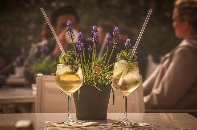 テーブルの上に置かれた花とワイングラス