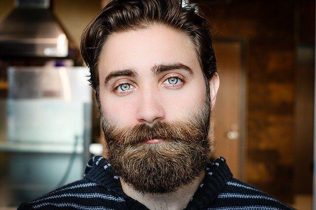 髭がたくさん生えたおじさん