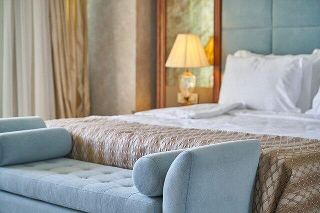 ホテルのソファとベッド